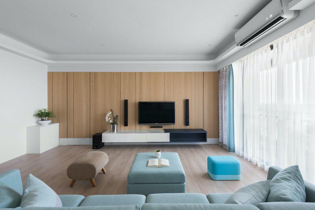 電視牆以整體造型加強空間氣勢,進入儲物間以隱藏門設計手法,置於勾縫中
