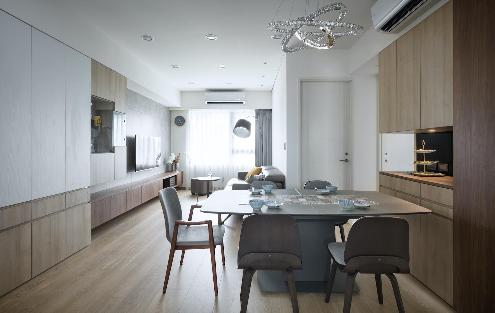 公共場域採開放式設計,灰階色系家具與木質元素,營造簡約俐落的空間質感。
