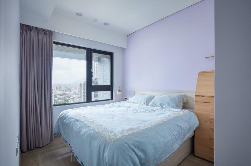 主臥室牆面飾以粉紫色漆,整體顯得柔雅而富有浪漫夢幻感,打造舒眠的美妙時光
