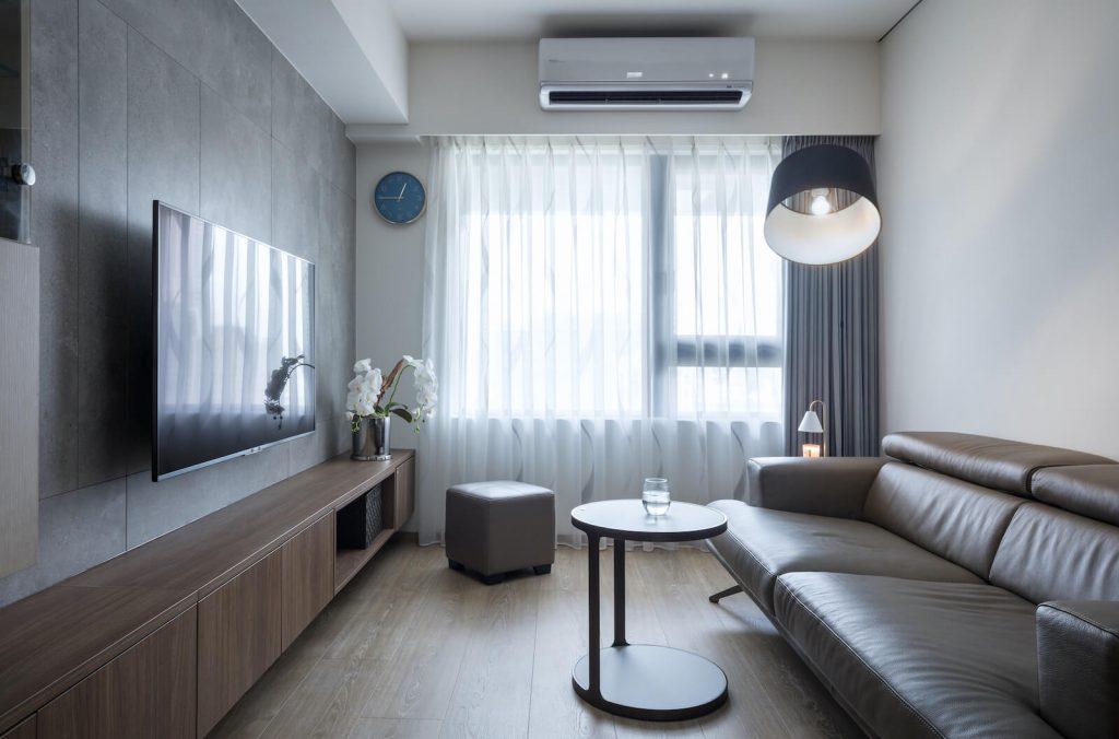 客廳採光明亮,電視牆搭配深色下端型收納櫃,延伸視覺、拉寬縱身尺度。