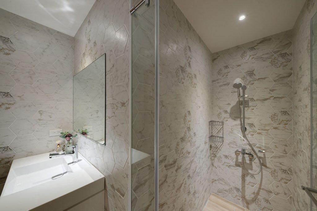 衛浴空間以六角磁磚舖陳