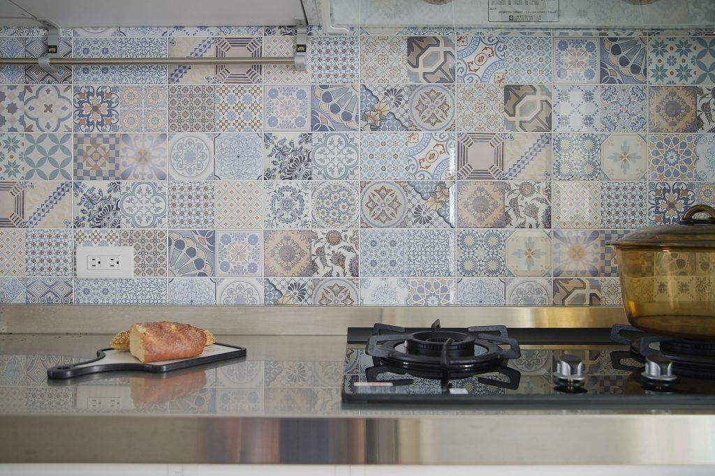廚房牆面以花磚拚貼